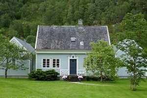<b>VEGETASJON:</b> Det gror også på vakre hus når det er mye trær i nærheten.