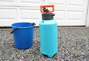 Påfør med en pumpekanne eller lavtrykksprøyte.