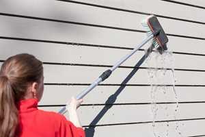 Litt skrubbing er nødvendig for at skitten skal løsne