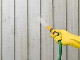 Å skylle vekk smuss fra kledningen mens du vanner blomsterbedene, er en enkel måte å få et litt renere hus.
