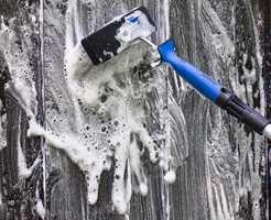 <b>SKUMMER:</b> Vanlig oppvaskmiddel skummer mye og er vanskelig å skylle vekk. Bruk heller malingprodusentenes egne rengjøringsmidler som inneholder stoffer som dreper sopp og begroing.  (Foto: Chera Westman/ifi.no)