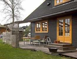 Her skal både vinduene og verandadøren få ny behandling med ny farge.