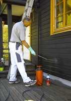Etter børsting bør du påføre et sopp- og algedrepende middel. Etter veggen er tørr kan du grunne eller male på nytt.