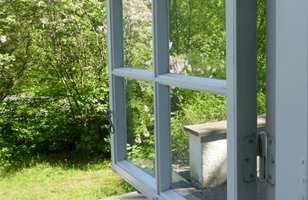 Skal du male vinduet inne i en annen farge enn den som er på yttersiden, må du være obs på å få skillet mellom fargene på rett sted.