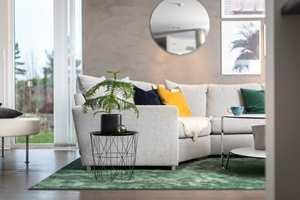 <b>STORT:</b> Et stort teppe under alle møblene gir en spesiell helhet i rommet. Her er Ateljé i Buteljgrön fra Golvabia.