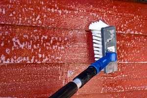 <b>RENT OG PENT: </b>Ethvert malejobb starter med en god vask. Underlaget må være rent for at malingen skal få god vedheft. (Foto: Chera Westman/ifi.no)
