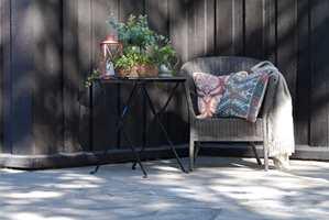 <b>UTEMILJØ:</b> Det er utrolig hva du kan gjøre med noen gamle møbler. Gi dem en liten makeover med litt maling, og vips, så er de med på å danne et flott utemiljø.