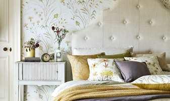 En svak eim av blomster er spennende, duft som skaper følelser og påkaller minner. Med tapet på veggene kan du skape stemningen på soverommet. Her har vi tatt fram noen tapet som gir et hint av blomsterduft.