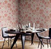 <b>HJØRNE:</b> Et mønstret tapet gir en hyggelig ramme rundt spiseplassen, mens veggene i resten av rommet kan være ensfarget i en farge som matcher bunnfargen. Tapet: Arte Flamant Les Mémoires, føres av Green Apple.