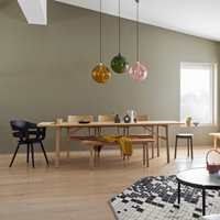 <b>MATT:</b> Dempede farger og matt maling er en god kombinasjon for å skape hyggelig atmosfære rundt spiseplassen. Veggene her er malt med Butinox Interiør Stue & Sov Matt, farge 5940 Kamuflasje.
