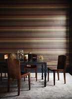 <b>MØRK OG DRAMATISK:</b> Med striper, blankt mørkt treverk og gull får det mørke svale rommet et mer dramatisk uttrykk. Tapet fra Cole&Son/Borge. (Foto: Borge)