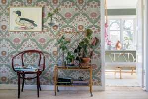 <b>BAKGRUNN:</b> Mønstret tapet er fin bakgrunn når veggdekor og tapet har de samme fargene i seg.