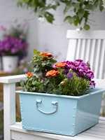 <b>FARGERIKT:</b> Dekorer uteplassen med blomster! Mal gjerne potter og blomsterkasser i friske, sommerlige farger for en ekstra fin effekt.