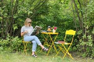 <b>GULT:</b> Midt i alt det grønne, er de gulmalte møblene et perfekt sted for morgenkaffen!