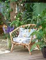 <b>HACK:</b> Den populære IKEA rottingstolen kan bli personlig og sommerlig ved å trekke om putene i fine tekstiler. Disse er Botanica fra Borge.