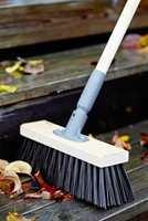 <b>KOST:</b> En ny, god kost både pynter opp uteplassen og gjør den ren.