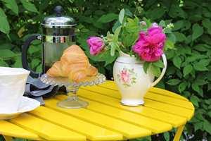 <b>MALING:</b> Et gammelt bord blir sommerlig med knall gul maling.