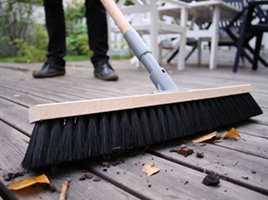 En rengjøring på høsten vil kreve langt mindre innsats enn om man venter med å gjøre rent til hytta åpnes igjen til våren.