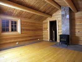 Hele stuedelen er laftet i nytt tømmer.