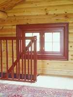 Rekkverket opp til hemsen er malt rødt, akkurat som vinduskarmene.