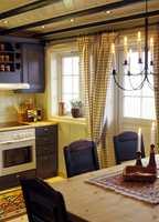 Kjøkkenet var også furu naturell, så ble det blått, tradisjonelt og ryddig!