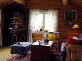 Gardinene lar mye lys slippe inn i stuen. Framskapet er et smykke i rommet.