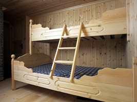 Trehvitt var det på soverommene også. Til og med sengene var trehvite.
