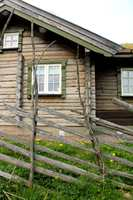 Denne hytta har en harmonisk fargesetting som passer til omgivelsene.