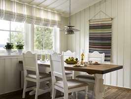 Farger: vegger – S 1505-G90Y, gulv – Gulvolje i 2038 Tjærebrun (TreStjerner), stoler og bordets understell – 0502-Y