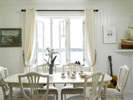 Hvilket vakkert tablå! Man fornemmer den salte luften og måkeskrikene… Gulv (S 1502-Y), vegger (S 0502-Y) og møbler har farger som ligger nær hverandre. I dette rommet er det glansgradene som skaper spenningen, med halvblanke vegger og blankmalt gulv.