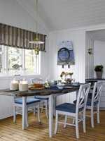 Bordplaten av drivved setter an den lette, maritime stilen. Vegger i farge  S 0502-G. Stoler og bordunderstell er malt grå, i farge S 2502-B