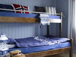 Maritimt og maskulint på gutterommet. Rommet fikk et mer voksent preg, og den mørke beisen på sengen står lekkert mot blåfargene.