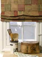 Tekstilene tilfører farge og tekstur til de malte flatene.