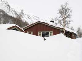Hytta har fjell og skiløyper som nærmeste nabo.