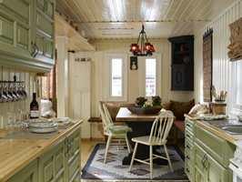 Lyst og lekkert, med samstemte farger; lyst, mørkt og grønt. Bordet er snudd og står som en forlengelse av kjøkkenbenken.