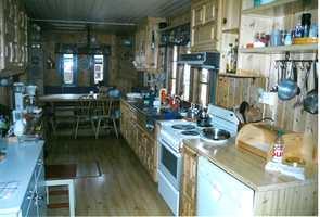 Kjøkkenet før. Tak, vegger og gulv grodde nærmest sammen.