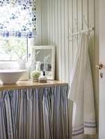 Den duse grønnfargen danner en nydelig bakgrunn for umalt treverk, tekstiler med farger og innslagene av hvite elementer.