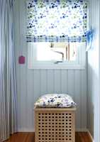 Alltid beredt – fluesmekkeren henger klar! Mer forheng og gardin, i samme tekstiler som ved benken. Skittentøysdunken har fått en pute, og fungerer også som sitteplass.