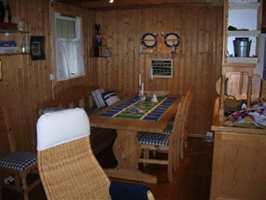 Kjøkkenet før. Vegger, gulv, møbler og kjøkkeninnredning var gulnet og mørke,  ispedd godt med kvister.