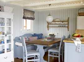 En sjarmerende spisekrok. Kjøkkenbenk og gamle møbler ble som nye med maling, farge S 3010-R80B, og det gulnede panelet i farge S 1010-R80B.