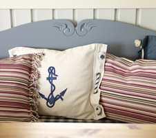Delikate blåfarger mot hverandre. God madrass og myke puter gjør sittebenken til et attraktivt sted å sitte.