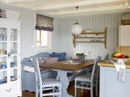 Skapene over kjøkkenbenken forsvant ut, og inn kom luft og lys. En stor gevinst er at rommet virker betraktelig større enn før, både fordi det nå er luftigere og at de gulnede rammene er historie.