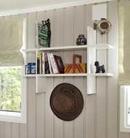 En åpen hylle er et luftig innslag og et dekorelement. Hvitt og varmbeige i fint samspill.