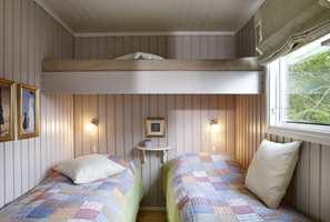Fresht, hvitmalt tak og varmbeige vegger utgjør et hyggelig soverom. De tre køyene er praktisk plassert i forhold til hverandre, og skaper luft.