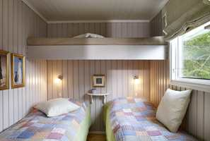 En smart løsning med plassering av sengene. Rommet virker større og lysere når de mørkegule veggene er borte.
