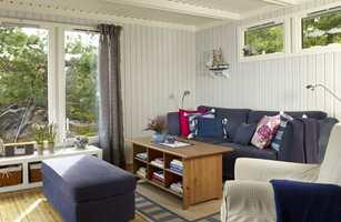Stuen endret fullstendig karakter, og fremstår nå som lys og delikat. Gulvet og bordet er varme innslag blant de svale fargene, og gir også tyngde til rommet.