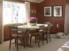 Veggene fremstår som nye med farge, nymalte stoler er samlet rundt bordet og flere små gjenstander er fjernet. Alt i alt et hyggeligere rom, som inviterer til lange måltider.