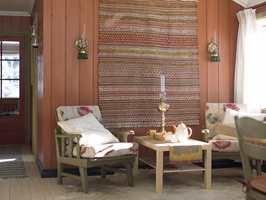 Her er mange jordfarger samlet, i et hyggelig, inviterende interiør. De gamle stolene fikk en ny og freshere tilværelse med grønn maling.