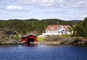 Hvite hytter er et vanlig syn ved kysten. I tillegg til at det er godt å se på, er hvite hytter praktisk i forhold til at hytteveggen ikke blir så varm og fargen holder seg bedre.