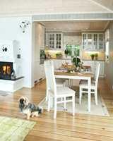 Åpen løsning mellom kjøkken og stue skaper verdifull kontakt mellom både rom og mennesker. Kjøkkennisjen er lys og romslig, med plass til store og små mens maten tilberedes. Og knitringen fra peisen har man glede av både i sofaen og til bords.